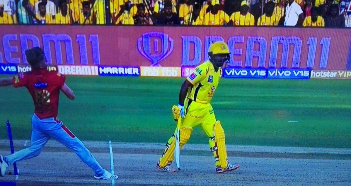 IPL 2019 : WATCH: अंबाती रायडू ने मैच के दौरान की ये गलती, अंपायर ने धोनी को बुलाकर लगाई फटकार 14