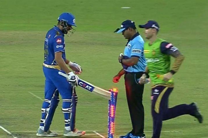 आईपीएल 2019: रोहित शर्मा ने आउट होने के बाद स्टंप पर मारा था बल्ला, अब नियम तोड़ने पर मिली ये सजा 27