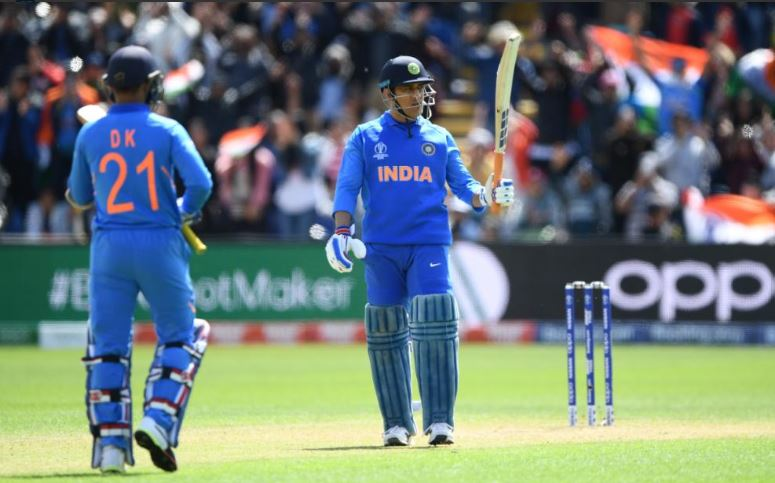 ICC CRICKET WORLD CUP 2019: महेंद्र सिंह धोनी ने लगाया ऐसा छक्का गेंद हुई गुम लेकर आना पड़ा नई गेंद, देखें वीडियो