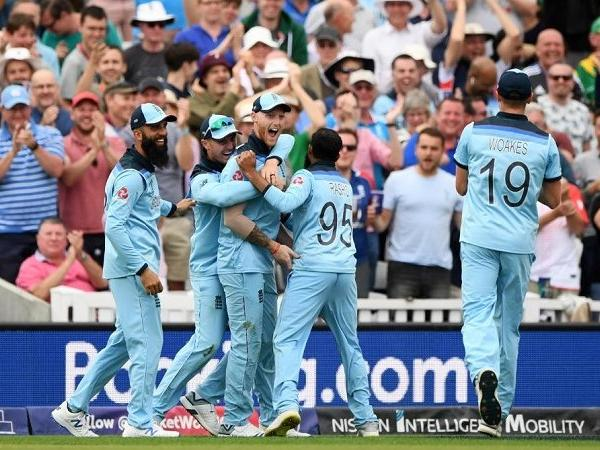 ऑस्ट्रेलिया के खिलाफ मैच से पहले अंग्रेजो की मदद कर रहे सचिन के बेटे अर्जुन तेंदुलकर 2