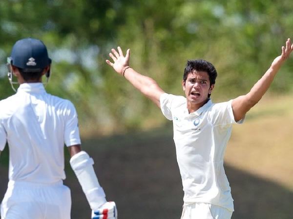 ऑस्ट्रेलिया के खिलाफ मैच से पहले अंग्रेजो की मदद कर रहे सचिन के बेटे अर्जुन तेंदुलकर 3