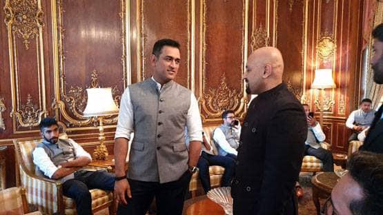 'बलिदान बैज' न हटाने पर अड़े महेंद्र सिंह धोनी, टीम इंडिया सहित भारतीय उच्चायुक्त से की मुलाकात