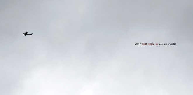 WACTH: इंग्लैंड और ऑस्ट्रेलिया मैच के दौरान पाकिस्तान के विरोध में फिर दिखा हवाई बैनर