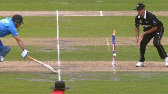 चीते की रफ्तार से दौड़ने वाले महेंद्र सिंह धोनी हैं एकमात्र बल्लेबाज़ जो सेमीफाइनल में हुए हैं 2 बार रन आउट 14