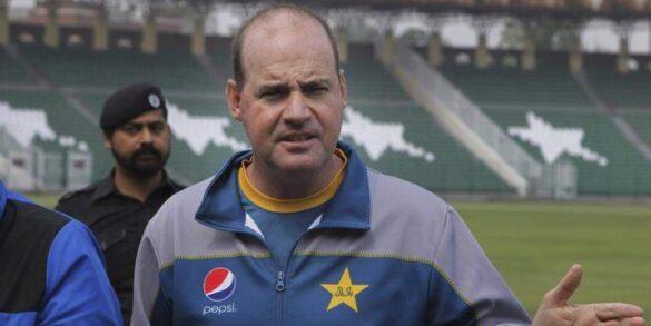 कोच मिकी आर्थर ने सरफराज अहमद को हटा इस खिलाड़ी को कप्तान बनाये जाने की किया मांग 12