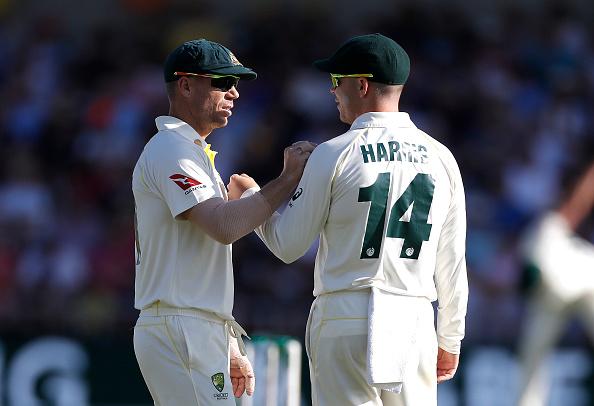 बॉल टेम्परिंग विवाद में नाम आने के बाद लीड्स टेस्ट में कुछ ऐसे गेंदबाजों की मदद करते पकड़े गये डेविड वार्नर, वीडियो वायरल