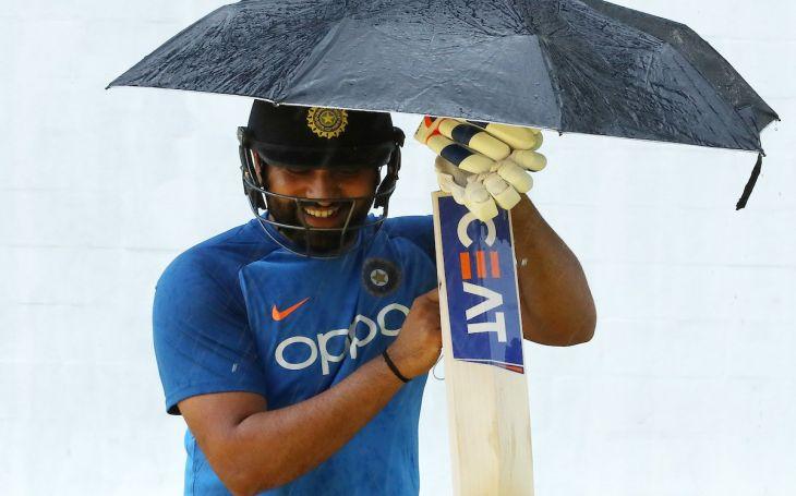 IND vs WI: मैच से पहले एक हाथ में छतरी और एक में बल्ला पकड़कर आखिर क्या कर रहे हैं रोहित शर्मा?