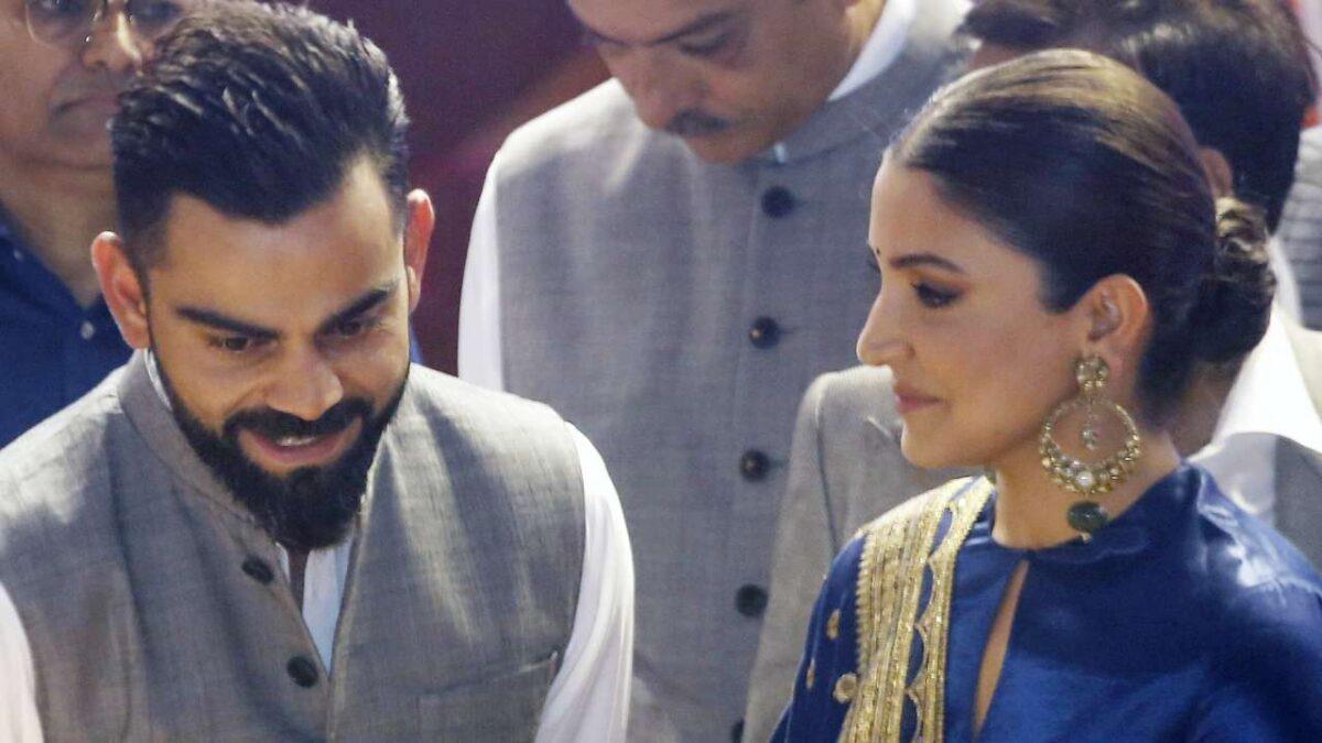 WATCH: डीडीसीए के कार्यक्रम में विराट कोहली को चुमती नजर आईं पत्नी अनुष्का