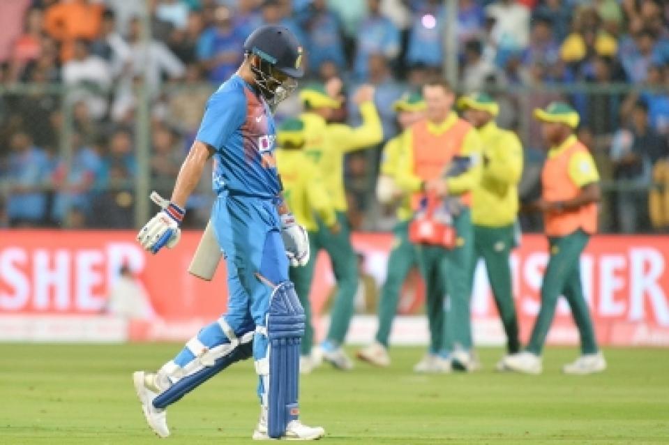 टीम इंडिया की खराब बल्लेबाजी देख विराट कोहली के सामने ही गुस्से में ये नारा लगाने लगे भारतीय प्रशंसक