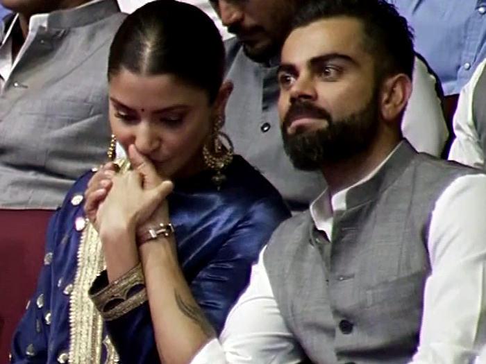 WATCH: डीडीसीए के कार्यक्रम में विराट कोहली को चुमती नजर आईं पत्नी अनुष्का 2