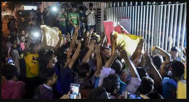 शाकिब अल हसन पर बैन लगने के बाद प्रशंसक हुए बेकाबू, रोड पर उतरे लोग