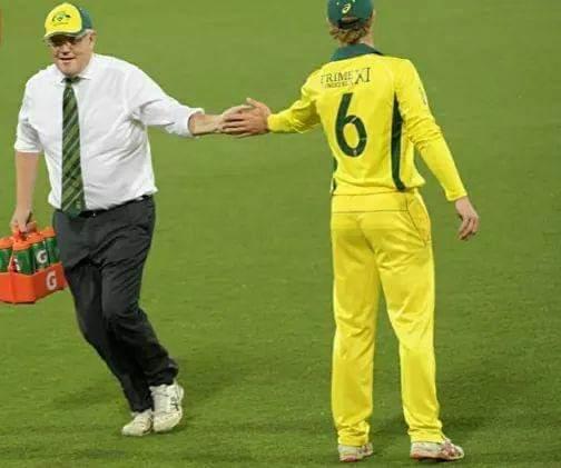 प्राइम मिनिस्टर इलेवन टीम के खिलाड़ियों के लिए ऑस्ट्रेलिया के प्रधानमंत्री मैदान पर ले गये ड्रिंक्स 2