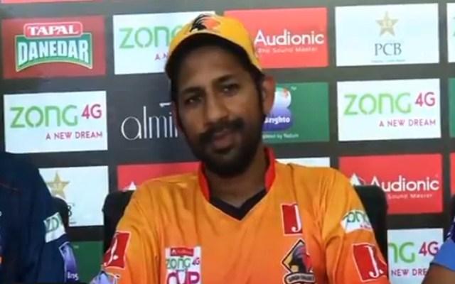 कप्तानी से हटाए जाने के बाद सोशल मीडिया पर सरफराज अहमद का बन रहा मजाक 1