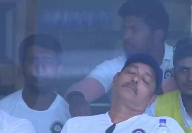 मैच के दौरान सोते दिखे कोच रवि शास्त्री, सोशल मीडिया पर आई मीम की बाढ़