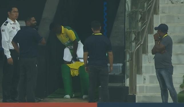 टी-20 विश्व कप क्वालीफायर: बल्लेबाजी छोड़कर मैदान से बाहर भागा बल्लेबाज, देखें वीडियो 1