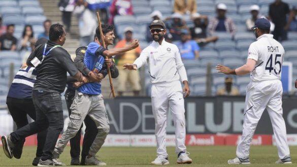 IND vs SA: मैच के दौरान रोहित शर्मा से मिलने सुरक्षा तोड़ मैदान में घुसा प्रशंसक, भड़के सुनील गावस्कर 22