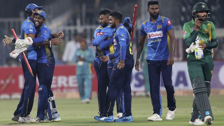 3-0 से टी-20 सीरीज हारने के बाद नाराज पाकिस्तानी प्रशंसक ने सरफराज अहमद के पुतले पर निकाला गुस्सा 3