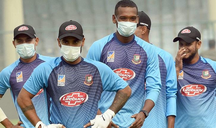 AFGvWI, दूसरा वनडे: लखनऊ में वेस्टइंडीज के खिलाड़ियों ने मास्क पहनकर की फील्डिंग 2