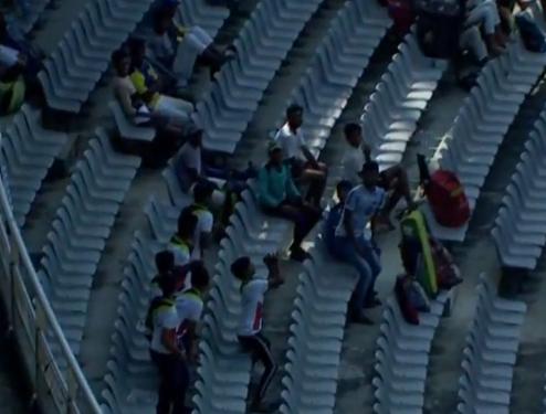 VIDEO : सैयद मुश्ताक अली ट्रॉफी के दौरान स्टैंड पर दर्शक ने पकड़ा ऐसा कैच, सभी लोग बजाने लगे तालियाँ 7