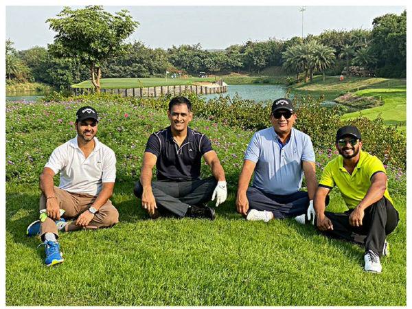 क्रिकेट मैदान से दूर गोल्फ का लुफ्त उठा रहे हैं महेंद्र सिंह धोनी
