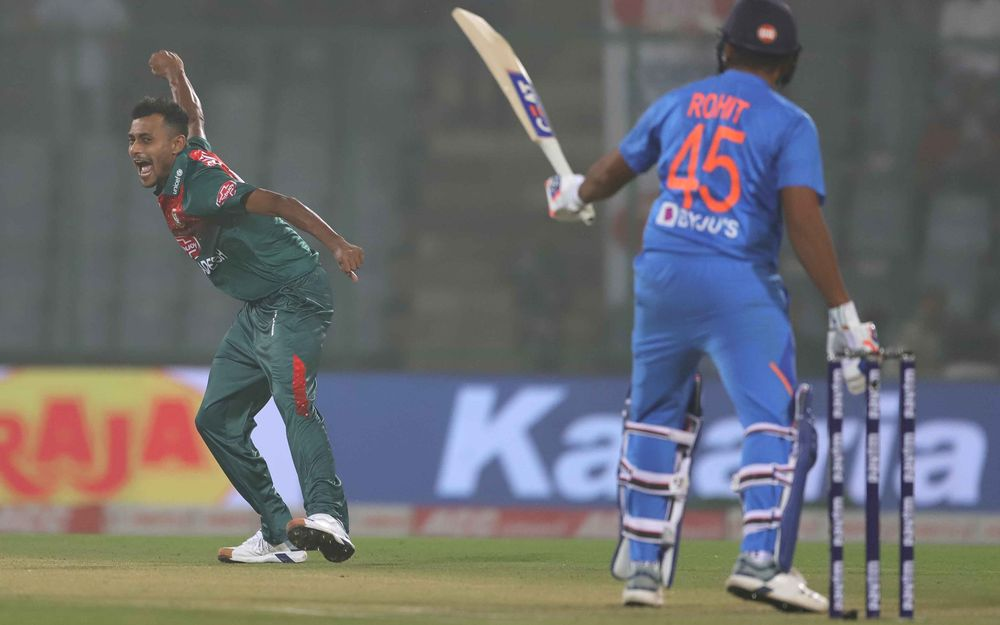 INDvBAN: विराट कोहली का रिकॉर्ड तोड़ पहले ही ओवर में आउट हुए रोहित शर्मा, देखें वीडियो 1