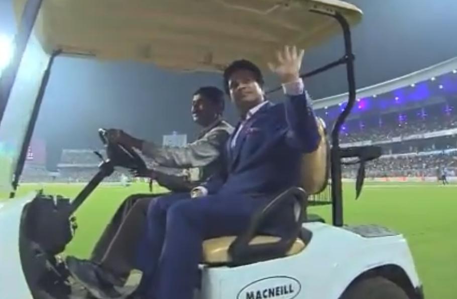 भारतीय क्रिकेट के बड़े दिग्गजों ने ईडन गार्डन्स में दर्शकों का अभिवादन स्वीकार किया, देखें वीडियो 2