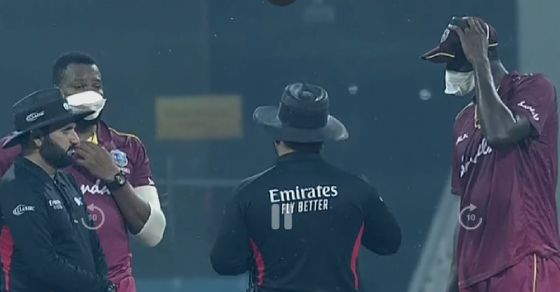 AFGvWI, दूसरा वनडे: लखनऊ में वेस्टइंडीज के खिलाड़ियों ने मास्क पहनकर की फील्डिंग 9