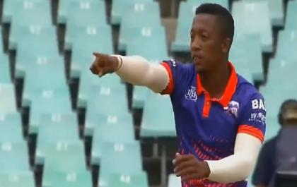 दोनों हाथ से गेंदबाजी कर इस गेंदबाज ने बल्लेबाज को कंफ्यूज करके उड़ाया विकेट, देखें वीडियो 2