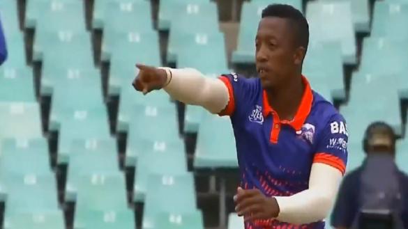 दोनों हाथ से गेंदबाजी कर इस गेंदबाज ने बल्लेबाज को कंफ्यूज करके उड़ाया विकेट, देखें वीडियो 16