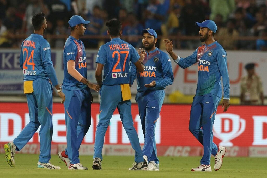 अपने इन 2 पसंदीदा खिलाड़ियों के साथ पहले टी-20 के लिए हैदराबाद रवाना हुए कप्तान विराट कोहली 3