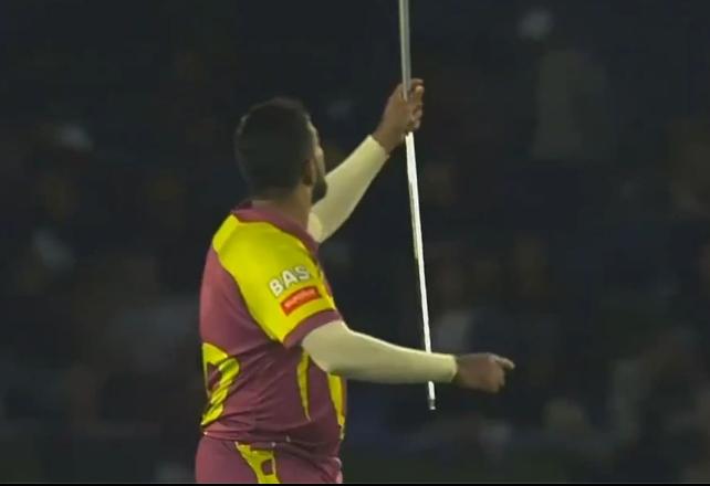 वीडियो : विकेट लेने के बाद तबरेज शम्सी ने बीच मैदान में रूमाल को बना दिया जादुई छड़ी 2