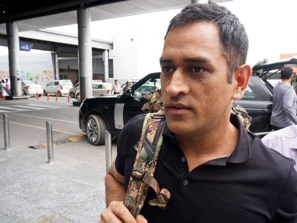 कोलकाता के एयरपोर्ट पर महेंद्र सिंह धोनी के साथ घटी एक अजीबो-गरीब घटना, मामला हो सकता था गंभीर