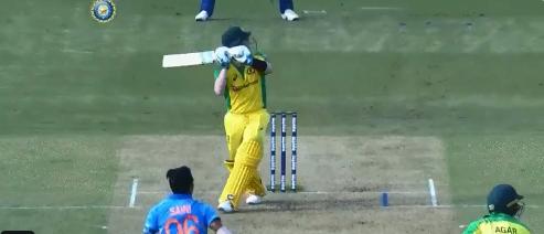IND vs AUS: स्टीव स्मिथ ने तीसरे वनडे में लगाया महेंद्र सिंह धोनी का सिग्नेचर हेलीकॉप्टर शॉट, देखें वीडियो 1