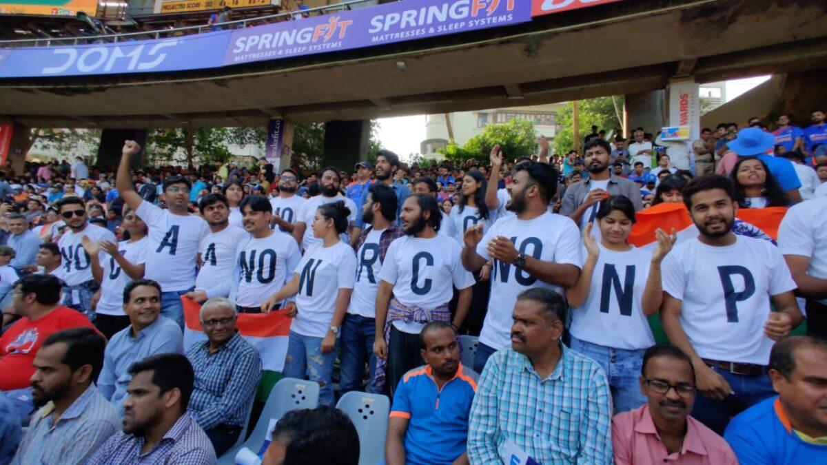 वानखेड़े स्टेडियम में मैच के दौरान एनआरसी और सीएए का विरोध, देखें फोटो