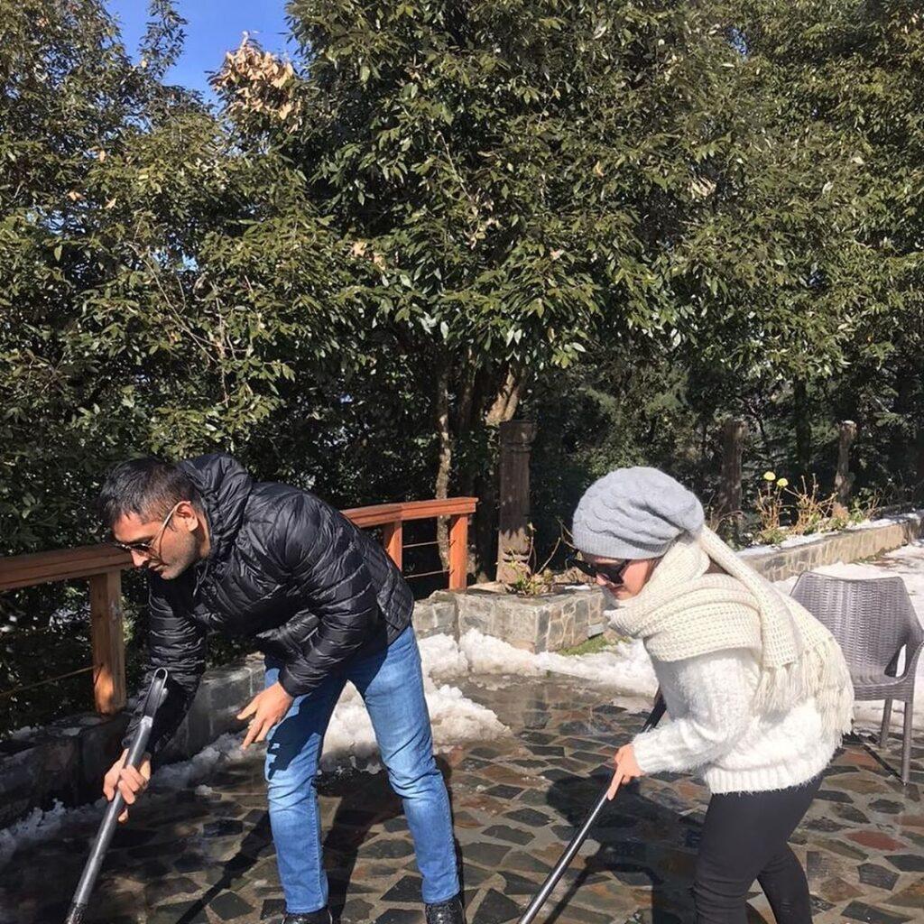 PHOTOS-ठंड और बर्फ के बीच छुटियाँ मना रहे हैं महेन्द्र सिंह धोनी, देखें तस्वीरें 4