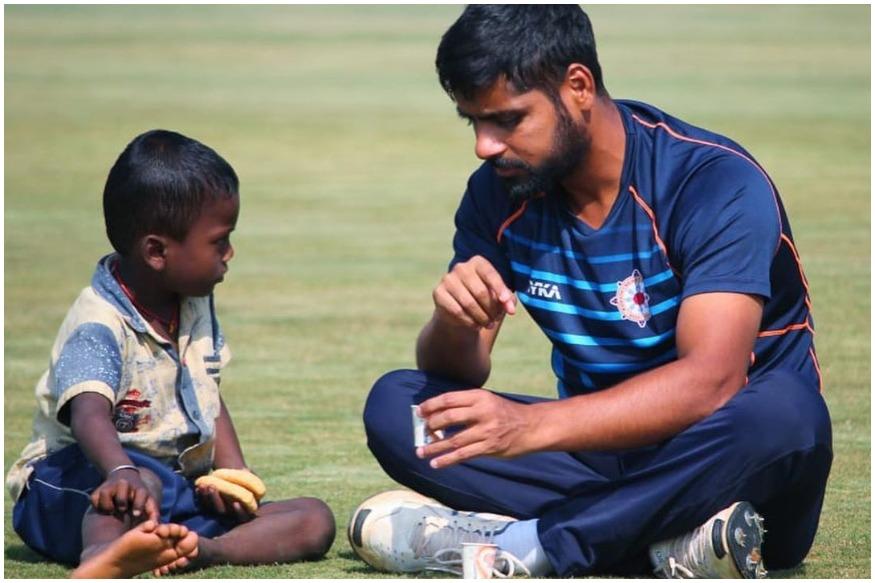 गरीब, भूख से पीड़ित बच्चे को देख भावुक हुआ यह भारतीय खिलाड़ी मैदान पर ही खिलाया खाना 2
