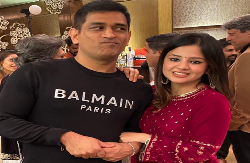 VIDEO : अरमान मलिक के गाने पर पत्नी साक्षी के बाँहों में बाहें डाले दिखे महेंद्र सिंह धोनी 1