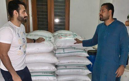 CORONAVIRUS: पठान बंधु एक बार फिर मदद को आए आगे मजदूरों में बांटे 10 हजार किलो चावल और आलू 6
